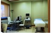 Studio poliambulatorio con lettino visite e strumentazione